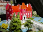 Muzeum papírových modelù v Polici nad Metují na Náchodsku nabízí zhruba 1200 exponátù, napøíklad budov èi techniky. Novì vystavuje modely zvíøat, k vidìní je také osvìtlená replika Pražského hradu. Na snímku z 15. dubna je papírový model vodního zámku Èervená Lhota na Jindøichohradecku.